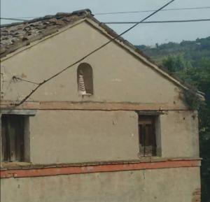 casa colonica con Madonna di loreto statuetta
